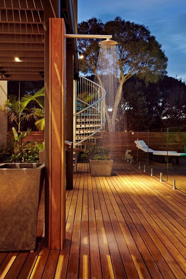 Приятно летним вечером охладиться под прохладным душем