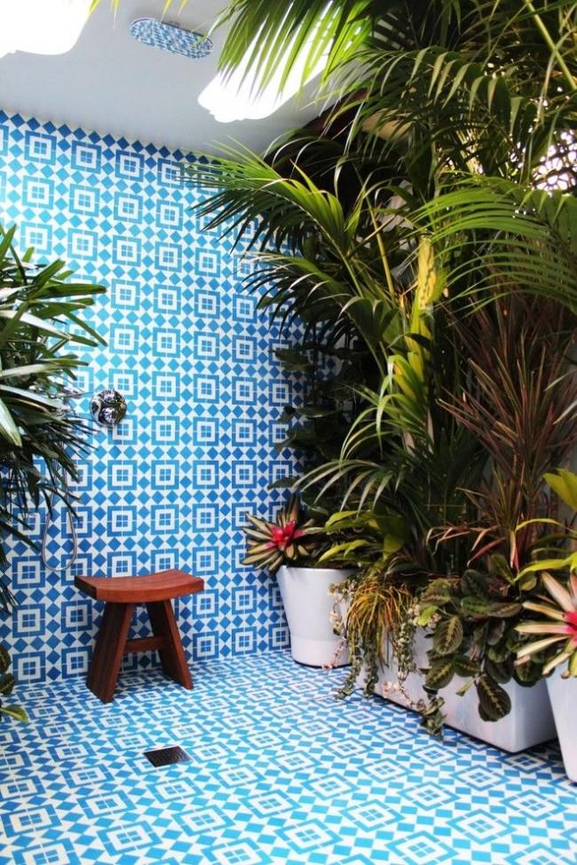 Летний душ с красивой плиткой и декором в виде растений