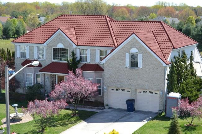 В зависимости от вкусов и требований покупателя, можно выполнять крыши из металлочерепицы всевозможных цветов и оттенков