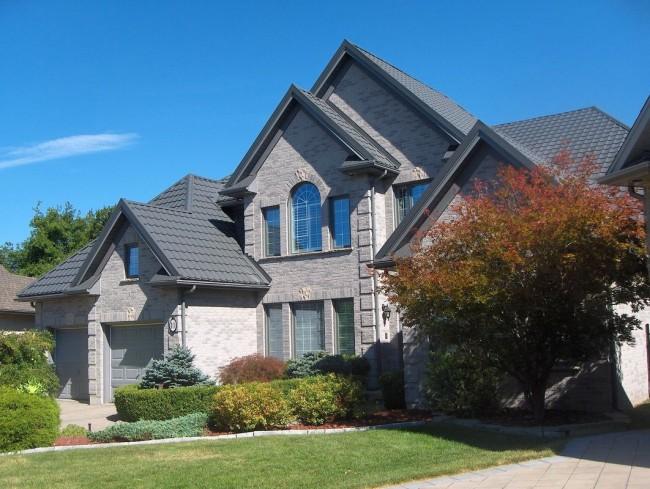 Красивый дом с крышей из металлочерепицы