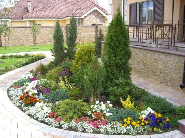 Миксбордер из красивоцветущих многолетников и декоративных кустарников