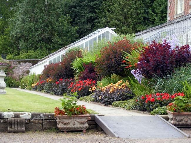 Цветы и кустарники должны размещаться группами, причем их число в группе зависит от размера растений и площади цветника.