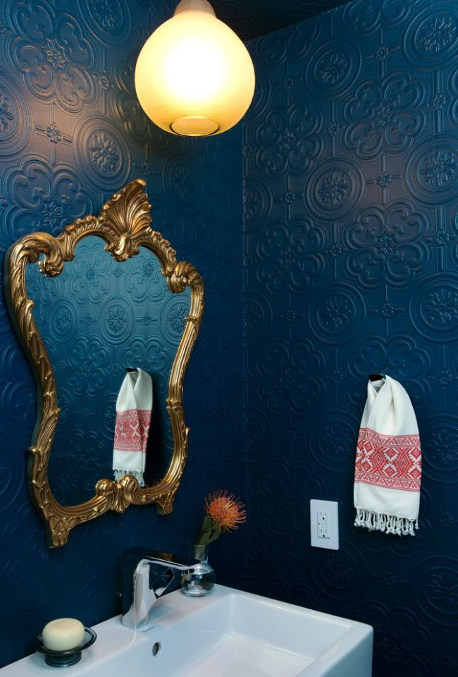 Эффектная ванная комната с обоями из стекловолокна