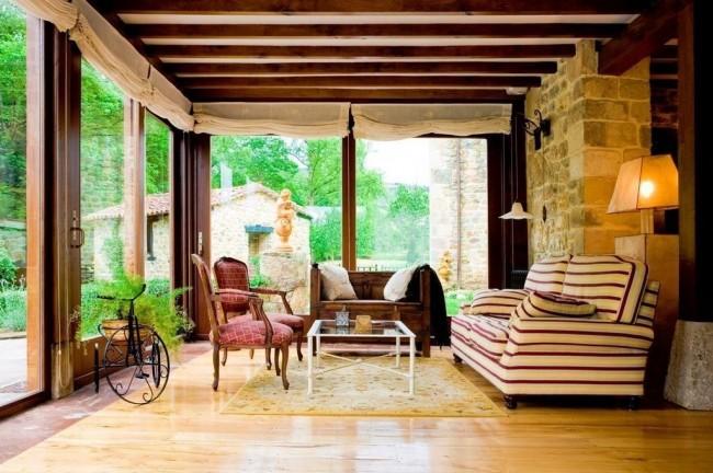 Уютная веранда с панорамным остеклением