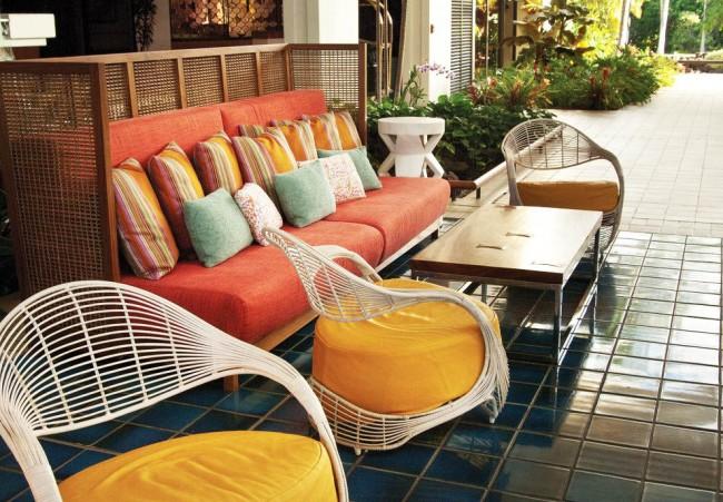 Яркие кресла придадут красок вашему дворику