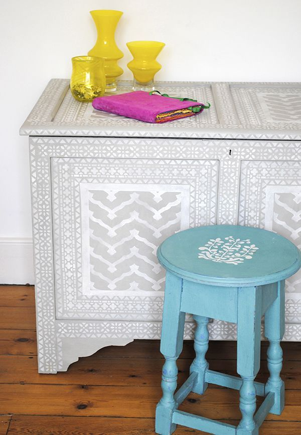 На отреставрированную мебель можно нанести рисунок с помощью трафарета