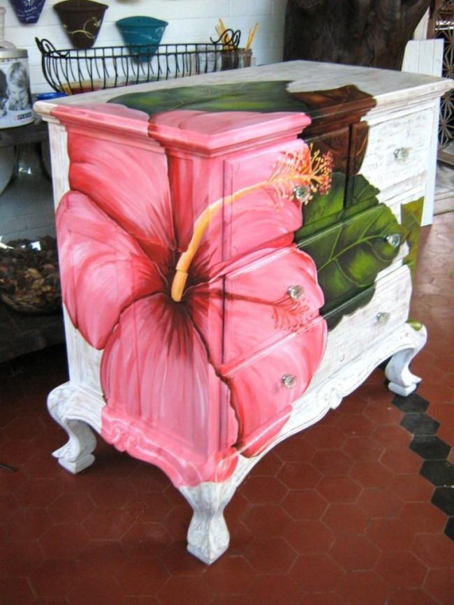 Отреставрированную мебель можно красиво расписать красками