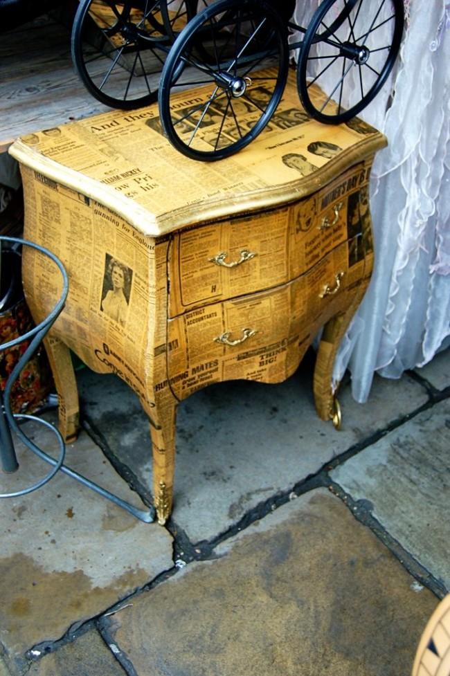 Декупаж старой тумбочки старыми газетами, подкрашенными чаем