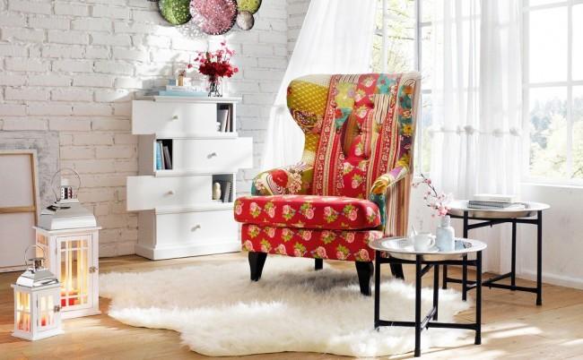 Мягкая мебель с обшивкой из лоскутного шитья смотрится очень эффектно