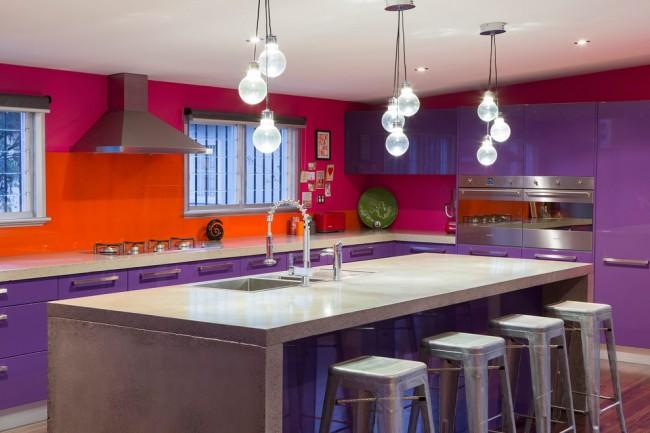 Яркая, сочная кухня в фиолетово-оранжево-малиновой расцветке