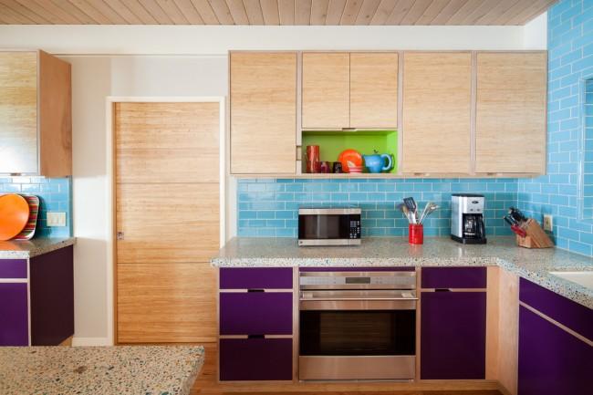 Яркие фиолетовые фасады придают ноту шика и оригинальности спокойной бежево-голубой кухне