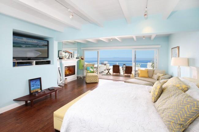 Просторная, воздушная бело-голубая спальня с кремовыми элементами