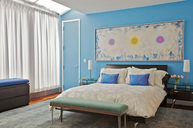 Постельное белье кремового цвета нейтрализует холод голубых стен