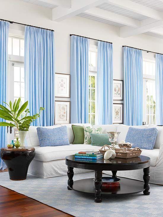 Голубой декор добавит прохлады комнате, расположенной с солнечной стороны