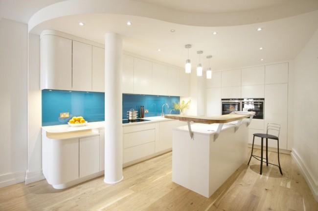 Нежная кухня, оформленная в голубом и сливочном тонах