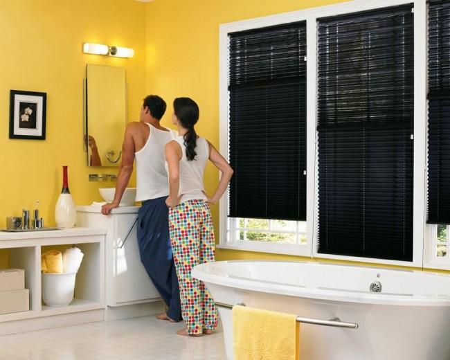 Плисированные шторы уместны даже в ванной комнате.