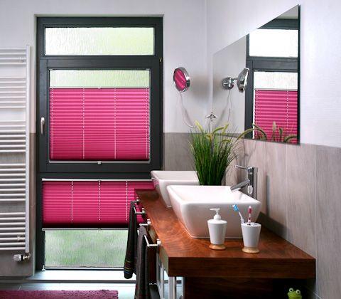 Плисированные шторы, как правило, изготавливают из полиэстра. Этот материал износостойкий, не выгорает и не сыпется.