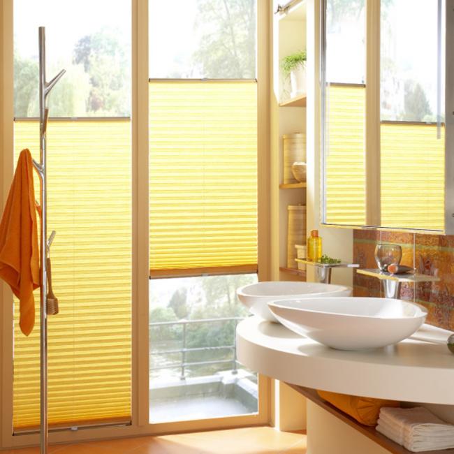 Плиссированные шторы в прозрачном помещении ванной