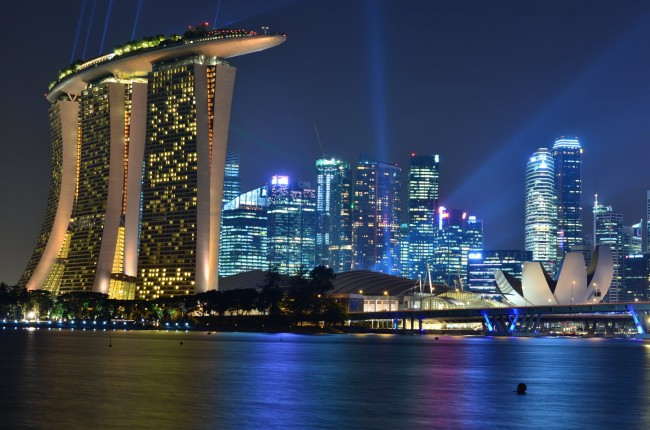 Небоскреб в Сингапуре, с отелем Marina Bay Sands на переднем плане.