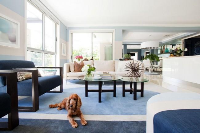 Уютная и стильная гостиная, оформленная в разных тонах синего и голубого