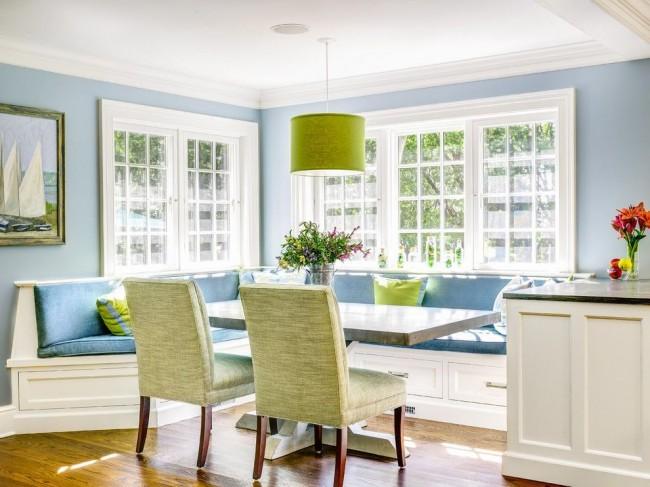 Спокойная кухня голубого цвета с яркими акцентами