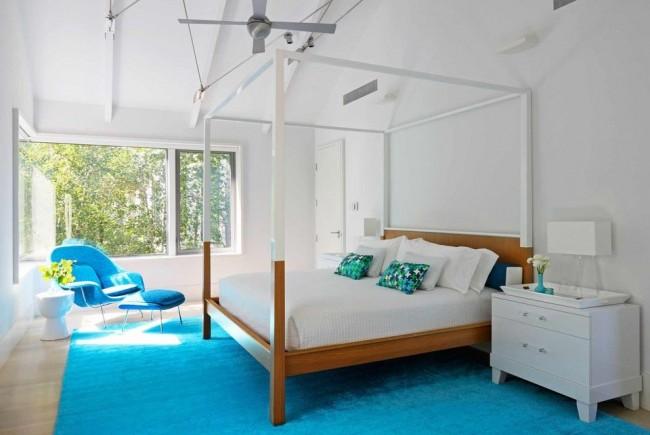 Свежий, легкий бело-голубой интерьере спальни