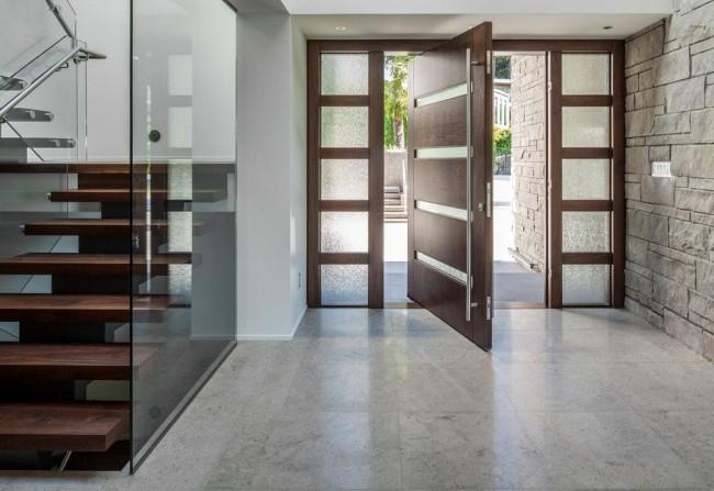 Металлические двери с отделкой из массива дерева - красота и прочность в одном лице