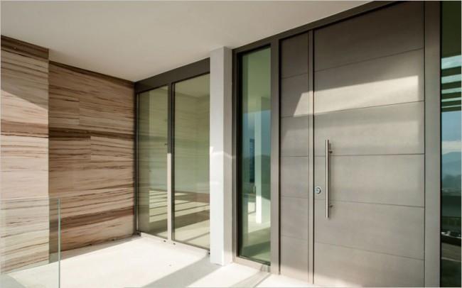 Привлекательность входной двери зависит от ее внешнего вида, начинки и толщины стали