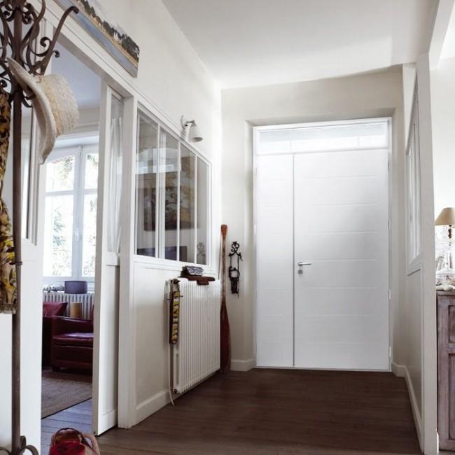 Уютная квартира с белой металлической дверью
