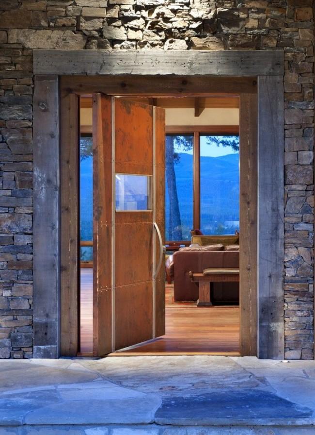 Интересная модель стальной двери в стиле рустика