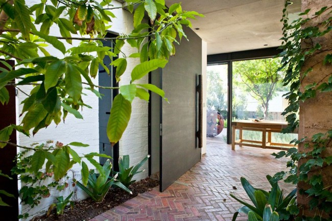 """Лучшие входные двери в частный дом. Алюминий особенно хорош для дверей-""""pivot"""" за счет своей легкости"""