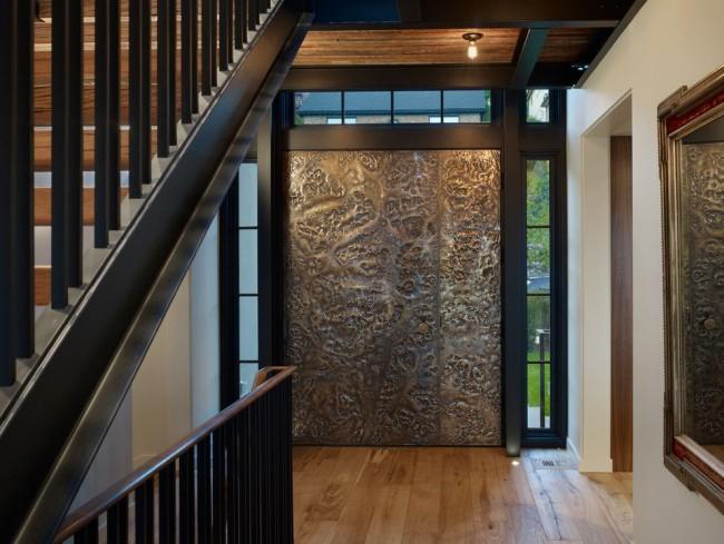 Среди огромного числа моделей стальных дверей есть очень оригинальные варианты