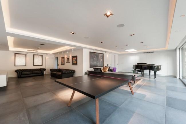 Деревянный стол с грифельной поверхностью в просторной гостиной