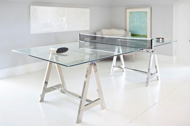 Стеклянный стол на металлических опорах