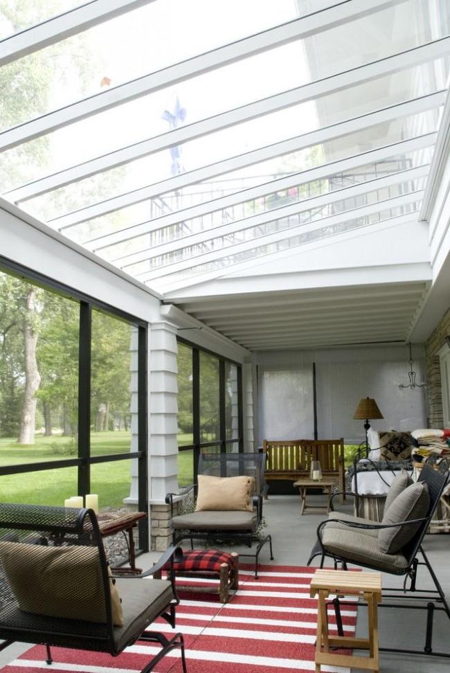 Закрытая терраса с крышей из поликарбоната позволит приятно проводить время даже в холодное время года