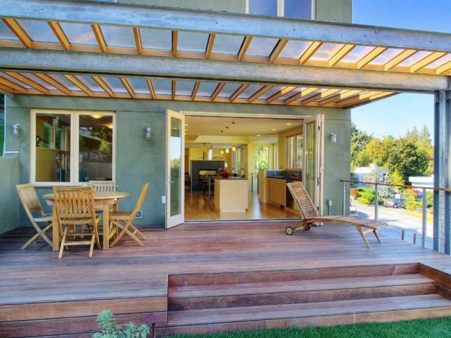 Терраса с крышей из поликарбоната у входа в дом