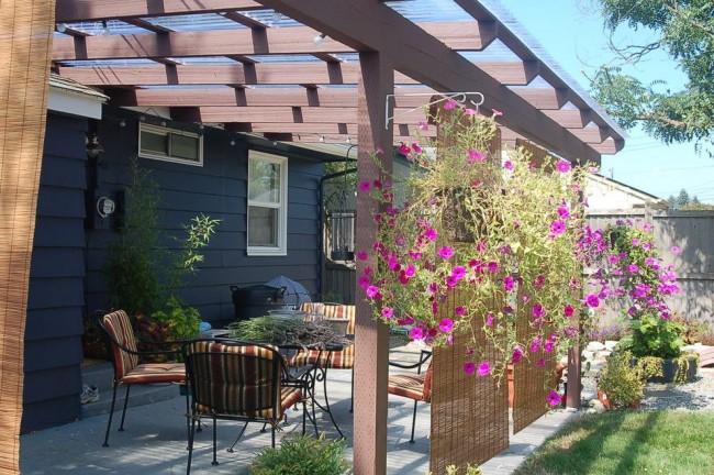 Уютная терраса с «экраном уединения» из растений