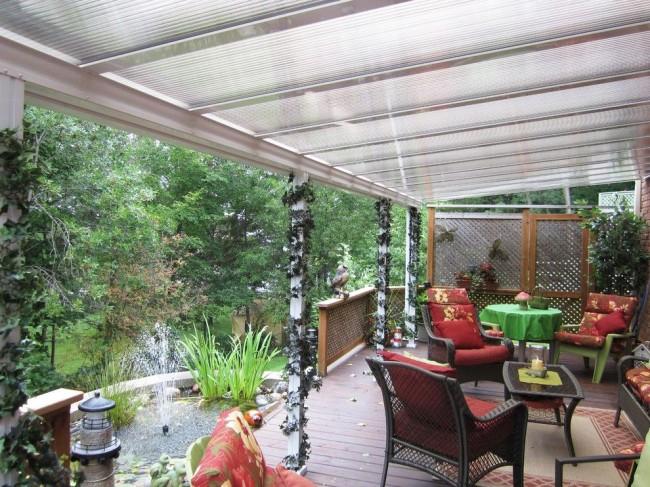 Терраса из поликарбоната с красивым видом на сад