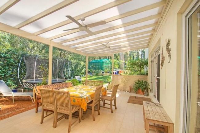При постройке террасы с крышей из поликарбоната следует учесть его температурное расширение