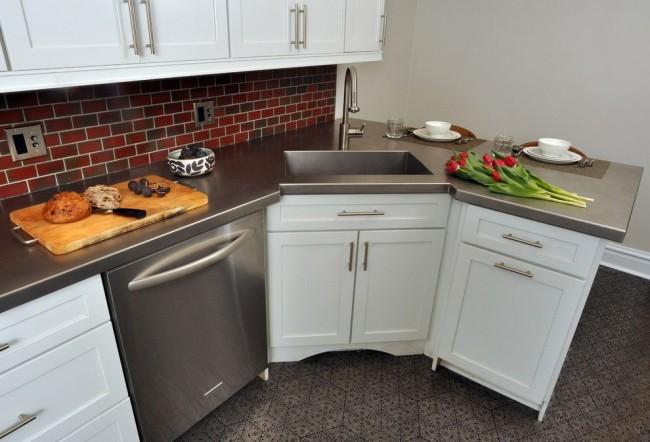 Угловая раковина на маленькой кухне