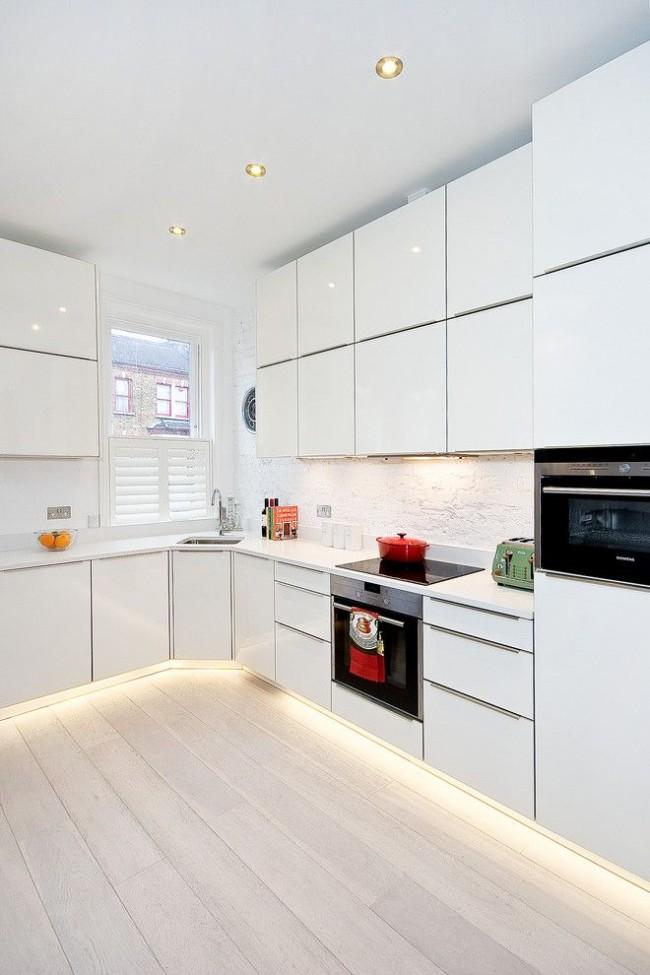 Кухня с маленькой прямоугольной мойкой в углу