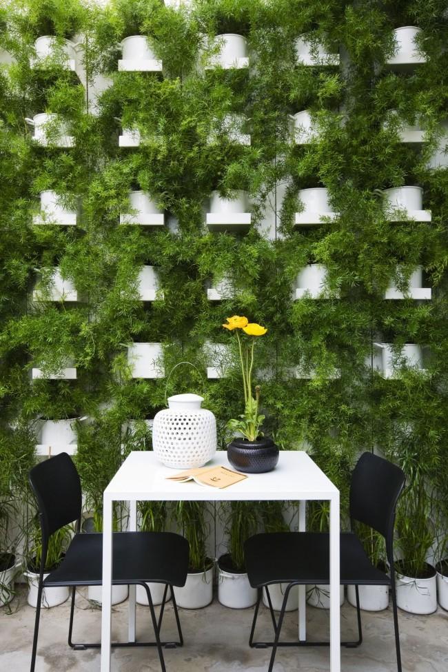 Вертикальное озеленение с помощью цветочных горшков на подставках