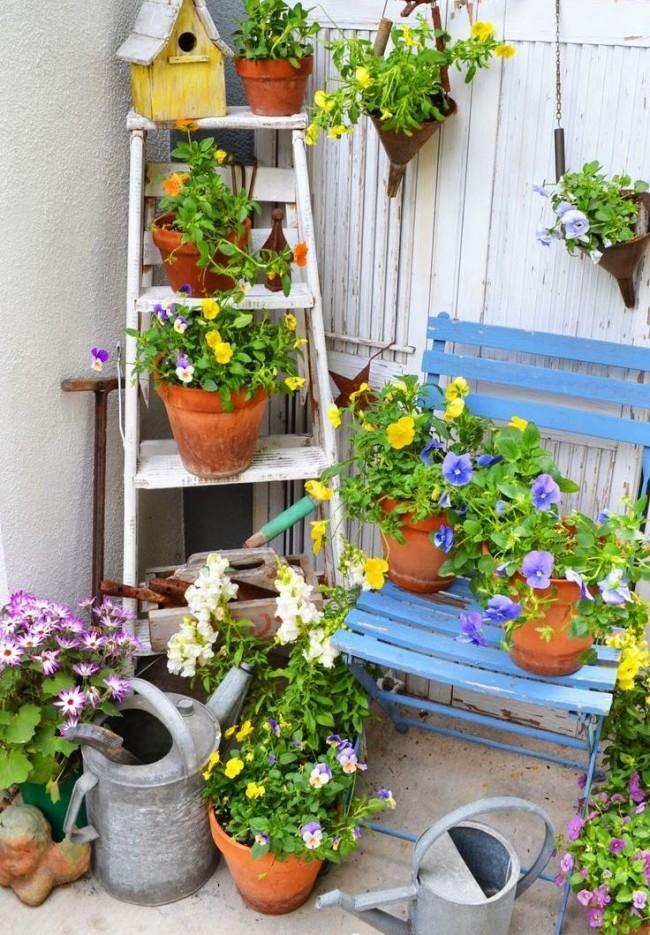 Использование стремянки в садово-цветочной композиции