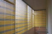 Фото 10 Какие жалюзи лучше на балкон? Обзор вариантов, плюсы и минусы (35 фото)