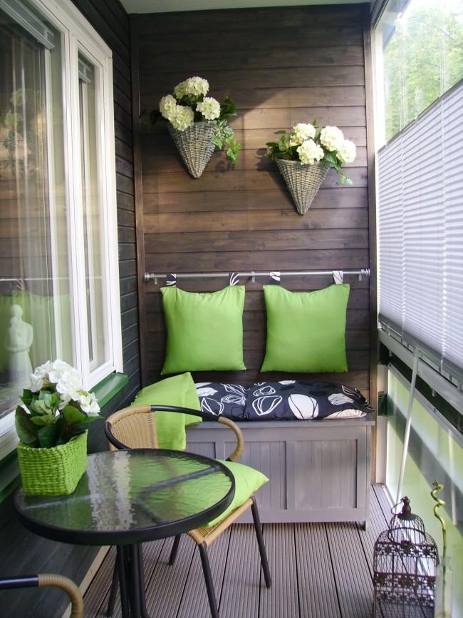 Натуральные ткани, дерево и живые цветы - создают на балконе особую атмосферу