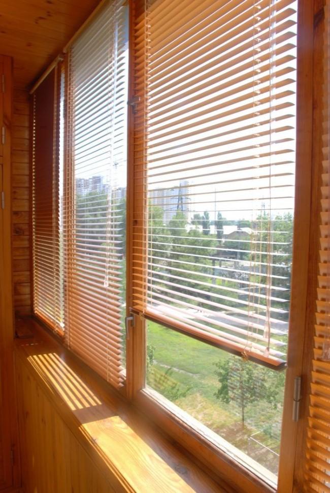 Жалюзи не только защищают балкон от ярких лучей солнца, но и помогают создать уютную обстановку, подчеркнуть дизайн помещения