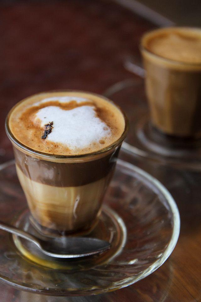 """Кофемашина для дома. Пикколо - австралийский кофейно-молочный напиток небольшого объёма. Состоит из одного эспрессо и 70 мл взбитого паром однородного, глянцевого молока, и подаётся в стеклянном стаканчике типа """"виски-шот"""""""