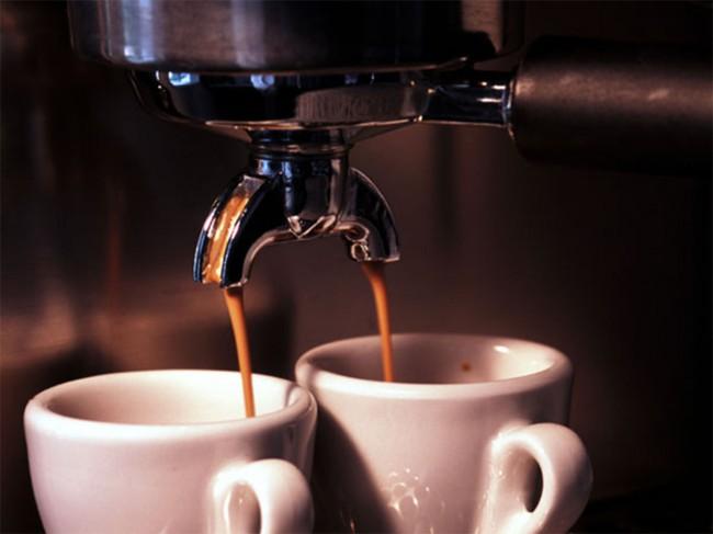 Кофемашина для дома. Эспрессо готовится кофемашиной так: 7-11 граммов молотого кофе, 25-35 мл воды, под давлением около 9 бар, при температуре 88 – 96°C, с временем экстракции 20-30 секунд. Демитассе, толстостенная фарфоровая чашечка, лучше всего подходящая для того, чтобы эспрессо подольше не остывал, наполняется на 2/3 объема.