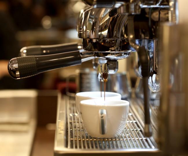 Кофемашина для дома. Рожок для кофе может быть металлическим или пластиковым. Металлический рожок дает более насыщенный вкус, так как лучше прогревает кофе