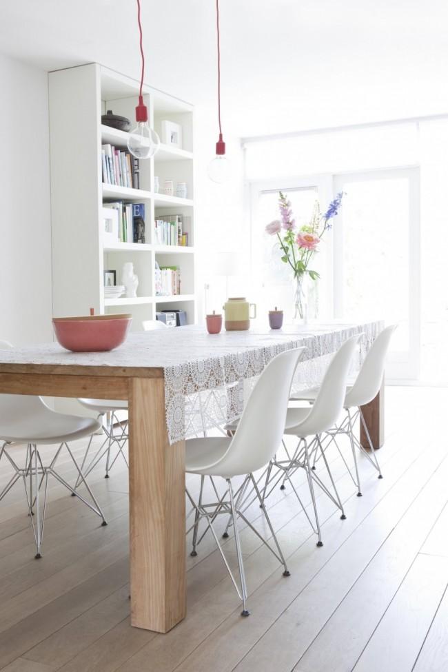 Цвет беленый дуб. Дубовый простой прямоугольный обеденный стол на кухне в скандинавском стиле